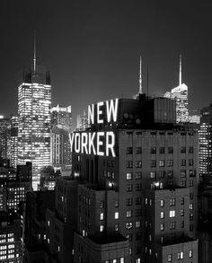 """El Wyndham New Yorker Hotel.  Esta en el 481 de la 8ª Avenida, entre las calles 34 y 35. Construido en Art Decó, fue  imaugirado en 1930. En 1975, cuando  lo compro la  """"Unification Church of the United States"""" dejo de ser hotel, y en  1999 volvio a serlo. Entre 2007 y 2009 fue renovado casi completamente."""
