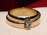 De 2 trouwringen van de overleden ouders getransformeerd tot één eigentijdse ring. De gravure is nog zichtbaar. Aan de bovenzijde zijn briljant geslepen diamanten geplaatst.