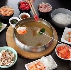 Fondue chinoise A fondue machine, a tasty and healthy broth in which you cook your pieces of meat. You will quickly forget the indigestible burgundy fondue. Broth Fondue Recipes, Fondue Vigneronne, Bouillon Fondue, French Dishes, Fast Food, Exotic Food, Crepes, Street Food, I Foods