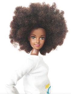Modelo negra lança linha de bonecas com cabelo afro e pele e olhos escuros