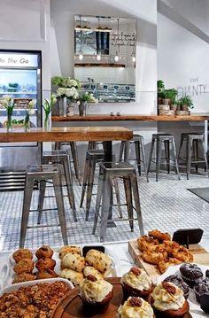Inspiration / Décoration / En face du comptoir / miroir en longueur + table haire avec tabourets #restaurantdesign