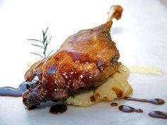 Gastronomía de Huesca    El recuerdo que Huesca te deja en la memoria empieza por el paladar. Descubre su comida tradicional: el ternasco de Aragón con patatas, el pollo al chilindrón, las carnes a la brasa, las setas...