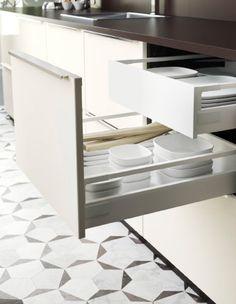 Offener, schwarzer METOD Unterschrank mit 2 Schubladen und RINGHULT Fronten in Cremefarben mit Geschirr bestückt
