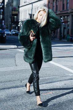 fausse fourrure verte + pantalon cuir