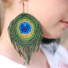 Earrings Feather Make these beautiful peacock feather earrings with embroidery thread! {Free Crochet Pattern by Whistle and Ivy} - Make these beautiful crochet peacock feather earrings with embroidery thread! {Free Crochet Pattern by Whistle and Ivy} Top Tejidos A Crochet, Crochet Motifs, Diy Crochet, Crochet Crafts, Crochet Projects, Peacock Crochet, Crochet Feather, Feather Pattern, Crochet Jewelry Patterns