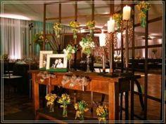 Mesa com porta retratos e flores
