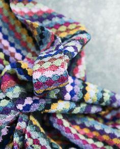 Hækl farverige pletter: Multistribet tørklæde fra Hendes Verden Crochet Shell Stitch, Free Crochet, Knit Crochet, Striped Crochet Blanket, Crochet Blanket Patterns, Granny Stripes, Crochet Cushions, Crochet For Beginners, Chrochet