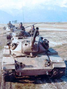 """carri M60A1 della 4ª Compagnia del 10º Battaglione Carri """"M.O. Bruno"""", inquadrato nella 132ª Brigata corazzata """"Manin"""" in colonna verso l'area addestrativa."""