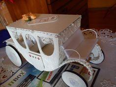 Kareta z papierowej wikliny, tektury, patyczków i koronek oraz wstążek. Więcej na: http://wyczekanemarzenia.blogspot.com