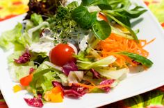 In het voorjaar en de zomer eet je sla, dat is een feit. En terecht, er gaat ook… Fall Recipes, My Recipes, Healthy Recipes, Healthy Food, Weeknight Meals, Easy Meals, Pita Pizzas, Seaweed Salad, Recipe Collection