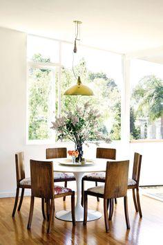 Laid-back dining room with tulip table--image via CushandNooks