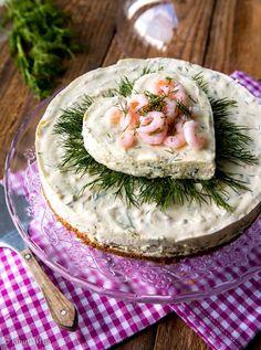 Vinkit: Hapankorppupohjan sijaan voit vuorata vuoan pohjan ruisleipäviipaleilla. Tarvitset n. 300 g leipäviipaleita ja ¾ dl maitoa niiden kostuttamiseen. Jos et tee kakkuun sydänkoristetta, kaada kaik Tea Party Sandwiches, Sandwich Cake, Finnish Recipes, Salad Recipes, Dessert Recipes, Salty Foods, Party Finger Foods, Salty Cake, Vegetarian Cooking