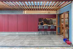 Casa Azul   Galeria da Arquitetura Lava, Estilo Tropical, Bed, Furniture, Home Decor, Timber Deck, Red Cabinets, Lighting Design, Living Spaces