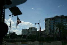 Choliseo 11:27 a.m. domingo, 27 de octubre de 2013. Aquí se puede observar que se esta rompiendo el código de banderas del Estado Libre Asociado de Puerto Rico, debido a que se encuentran izadas las banderas en fin de semana. También se observa que el color de la bandera de Puerto Rico, específicamente, el tono de azul esta incorrecto, ya que tiene que ser uno mas claro.