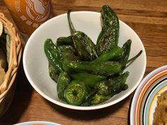 Gröna spanska paprikor. Pricka hål i dem (så att de inte exploderar i pannan), steg på medelhög värme, släng på salt och servera genast. Everyday Food, Pickles, Green Beans, Cucumber, Tapas, Corner, Vegetables, Party, Fiesta Party