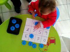 On reconnait les chiffres et les couleurs... avec des bouchons de bouteilles de lait!!