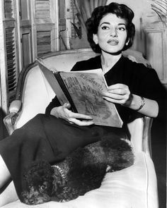 Maria Callas reading the Lucia di Lammermoor libretto. Lucia di Lammermoor is a dramma tragico (tragic opera) in three acts by Gaetano Donizetti. Salvadore Cammarano wrote the Italian language. Maria Callas, Robert Mapplethorpe, Bert Stern, Annie Leibovitz, Richard Avedon, Andy Warhol, People Reading, Opera News, Opera Singers