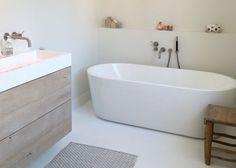 Landelijke badkamer, landelijke stijl, badkamer inspiratie, vrijstaand bad, losstaand bad