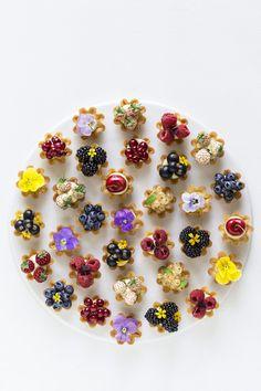 Petit fours med hasselnød og mælkechokolade – Maja Vase Mini Desserts, Just Desserts, Dessert Recipes, Berry Tart, Fruit Tart, Tapas, Ganache Recipe, Summer Berries, Edible Flowers