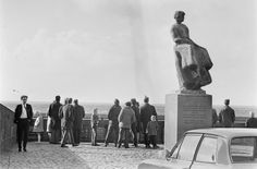 URK-SCHIP JOHANNA UK204 VERGAAN 1969 Vijf Urker vissers hebben zaterdagmiddag op het IJsselmeer de dood gevonden, toen hun schip de Johanna verging. Op de foto drukte bij het monument voor verdronken zeelieden in Urk, het uitkijkpunt over het IJsselmeer. De mensen kijken hier naar de speurtocht van Urker schepen naar de gezonken UK 204. #Urk