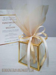 Μπομπονιέρα γάμου - Γυάλινο φαναράκι για ρεσώ σε χρυσό. Η τιμή συμπεριλαμβάνει το ΦΠΑ και 5 κουφέτα αμυγδάλου Χατζηγιαννάκης. Place Cards, Gift Wrapping, Place Card Holders, Gifts, Gift Wrapping Paper, Favors, Gift Packaging, Presents, Gift