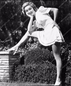 photo Anne Shirley leg shot 2793-08