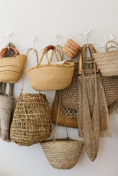 Home Interior Inspiration Bolsa de palha.Home Interior Inspiration Bolsa de palha Kitchen Utilities, Basket Bag, Wall Basket, Basket Quilt, Baskets On Wall, Home Decor Accessories, Beach Accessories, Cheap Home Decor, Home Decoration