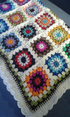 Manta granny square ideal para pie de cama o cuna bebé. Colores variados y muy alegres. Medidas 90 x 115 cm. Realizada en lana sintética muy calentita y fácil de lavar en lavadora con agua tibia. Rápido secado. Envío por correo certificado. Pago mediante PayPal Transferencia