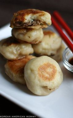 Panfried Pork & Scallion Mini Buns - instead of making my own dough, i want to try with Pillsbury biscuits or something like that. Not w Grand biscuits as those are too oily for this. Will probably substitute pork though Pork Recipes, Asian Recipes, Cooking Recipes, Chinese Recipes, Chinese Food, Fingers Food, Mini Bun, Good Food, Yummy Food