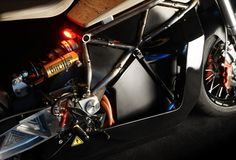 Part Art Part Design and all performance, the E-Raw Electric Motorcycle built by Essense Motocycles is simply stunning in our eyes. Custom Cafe Racer, Scrambler, Motorcycle, Cafe Racers, Modern, Electric, Trendy Tree, Motorcycles, Motorbikes