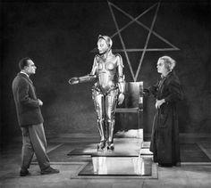 """Olha que ideia legal: que tal olhar pros filmes de ficção científica pra entender como eles pensaram as """"roupas do futuro"""" e, claro, o futuro em si? Um prato cheio pra cinéfilos e pra quem curte moda, né? É essa a proposta da palestra """"Cinema e Figurino: Como o Passado imaginou o Futuro"""", com o crítico de cinema Christian Petermann, que rola na Faap em SP no dia 31/08 das 19h30 às 22h. Pra participar, o preço é R$ 84 – dá pra se inscrever nesse site! Mas, pra quem não vai poder ir, a gente…"""
