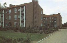 De flats aan de Ganskuijl zijn gebouwd in 1953 en zijn een typisch voorbeeld van wederopbouwarchitectuur in Amersfoort. Opvallend zijn de versieringen in het metselwerk aan de kopgevels en de schermen voor de balkons. Rechtvaardige: Molendijk, P.J. Datering: 1958 ca.