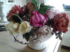 Zijde rozen en pioenrozen in brocante pot opgemaakt