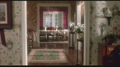 A look down the hallway to the dining room 映画ホームアローンのリビングから玄関ホールの先にダイニングルームが見える間取りは視線が遠くまで通りゴージャスです^^
