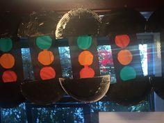 Thema verkeer groep 1-2: stoplicht knutselen door een papieren bordje te verven en door te prikken