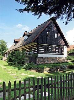 Dokonalá kamufláž | Chatař & Chalupář Vernacular Architecture, Architecture Design, Tudor Cottage, Mud House, Fairytale Cottage, Weekend House, Cottage Style Homes, Arte Popular, Countryside