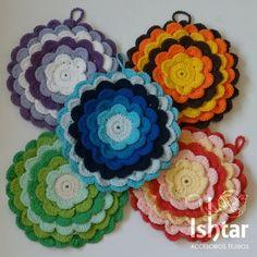 Agarraderas de flor<br /> Tejidas a crochet y rellenas con guata<br /> <br /> * 20 centímetros de diámetro<br /> * Tejidas a crochet con hilo de algodón<br /> * Rellenas con guata<br /> * Una vez ofertado el producto se ruega 48 horas de tolerancia para la entrega en caso de insuficiencia de stock. <br />   <br /> <br /> Se retiran en Belgrano (CABA) a dos cuadras de Av. Cabildo y Juramento ...