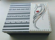 Caja pintada a mano y decorada scrap con piedras Notebook, Cards, Painted Boxes, Jewel Box, Organizers, Rocks, Interiors, Manualidades, Maps