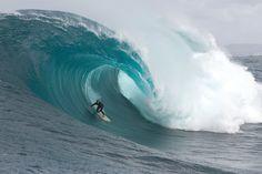 O swell do século no Oceano Índico chega ao slab mais temido do Oeste Australiano.