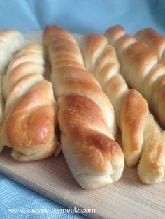 Garlic Bread Twists: These are so easy to make, and trust me, your whole family will love them. You should probably make a double batch. - Eazy Peazy Mealz