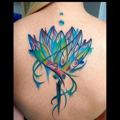 Você está querendo fazer uma tatuagem nas costas e não tem ideia por onde começar? Bem, nós ajudamos! Separamos alguns dos temas mais comuns nestas regiões quando pensamos em tatuagens femininas e trouxemos um resumo rápido do significado de cada um destes temas.  Flor de Lótus A opção bastante comum entre as mulheres quando […] Large Tattoos, Unique Tattoos, Back Tattoo, I Tattoo, Watercolor Lotus Tattoo, Acrylic Artwork, Doodle Drawings, Shoulder Tattoo, Skin Art