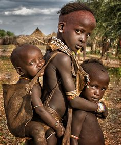 New african children photography sibling 17 Ideas Kids Around The World, We Are The World, People Around The World, African Tribes, African Art, Precious Children, Beautiful Children, Africa People, African Children