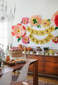 It's those big paper flowers again!Love this Farmer's Market Party! So spring and great for too! The Makerista: Olive's Farmers Market Party Farmers Market, Decoration Birthday, Party Deco, Giant Paper Flowers, Wall Flowers, Big Flowers, Tissue Flowers, Flower Wall, Party Mottos