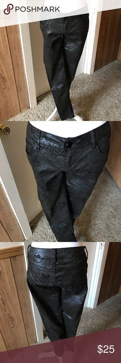 """NWOT Tinseltown Demin Coulture Back Pants Size 5 NWOT Tinseltown Demin Coulture Black Pants with Dark Flower Print  Size 5  60% Cotton 40% Spandex  Rise 8"""" Waist Flat 15.5"""" Inseam 30""""  * Except Reasonable Offers** No Offers*  B69 Tinseltown Pants Skinny"""