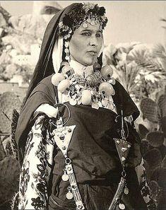 Africa | Berber Woman, Morocco. ca 1940s | scanned Vintage postcard image