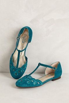 shoes t-strapped scalloped teal flats. Classy touch to an outfit with a pop of color apartamentos de teal scalloped t-strapped. Toque elegante para uma roupa com um toque de cor Pretty Shoes, Beautiful Shoes, Cute Shoes, Me Too Shoes, Women's Shoes, Shoe Boots, Golf Shoes, Turquoise Shoes, Girls Shoes