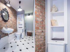 Łazienka w stylu retro ze ścianą z czerwonej cegły   proj. emDesign