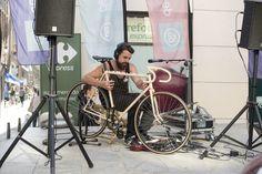 El artista Roberto Herruzo tocando el arpa con su bici instrumental