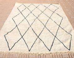 Beni Ourain Teppich, Beni Ouarain Teppich, Beniourain Teppich, Beniouarain Teppich, Marokkanischer Teppich, Berber Teppich.  Beni Ourain Teppich in wundervollen Rauten Design  Der Teppich besteht zu 100% aus handgesponnener, ungefärbter und extrem flauschiger Lammwolle.  Zustand: Neu  Maße: 180 x 100 cm Florhöhe: 3 cm   ----------  Weitere Beni Ourain Teppiche gibt es in unserem Etsy Shop  https://www.etsy.com/shop/zanafi  Bei Fragen kontaktiert uns gern via zanafi.design ...