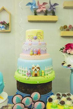 Para o aniversário de uma pequena, Roberta Mazzeo preparou uma linda decoração com tema Galinha Pintadinha. A mesa de doces ficou dinâmica e cheia de eleme